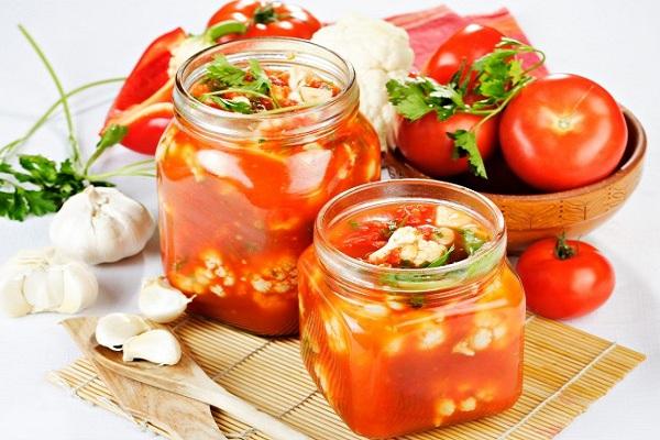 cvetnaya-kapusta-s-pomidorami-na-zimu