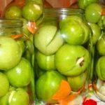 Зеленые помидоры с чесноком и зеленью