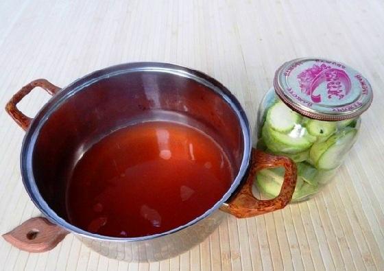 Заливаем кабачки маринадом из кетчупа