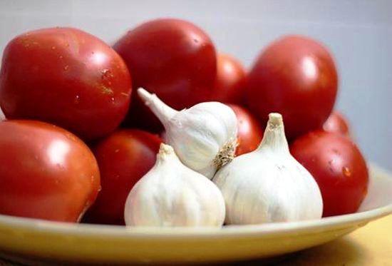Ингредиенты для приготовления помидор с чесноком