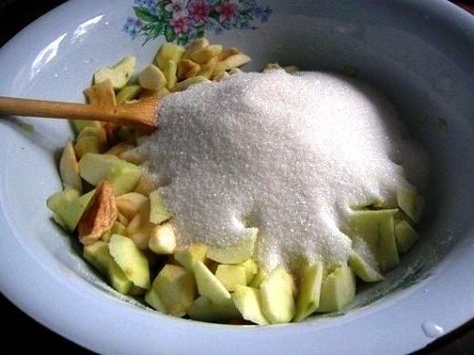 Присыпаем яблоки сахаром